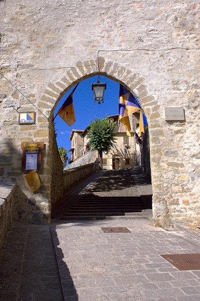 Cosa vedere a Montone- Porta- Medievale- Bandiere- entrata del Borgo