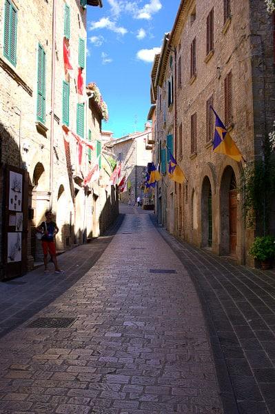 Cosa vedere a Montone- Via ciottolta- Bandiere- borgo medievale