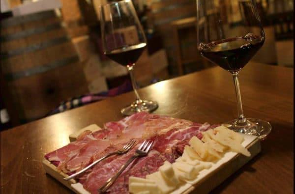 Cosa fare a Montepulciano-enoteca vini di Toscana-Tagliere di salumi e formaggi- calici di vino