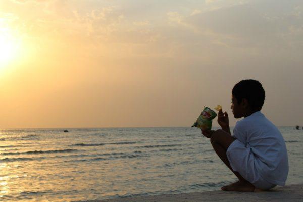 la partita inaugurale-tramonto-mare-bambino-patatine-Arabia Saudita-JPG