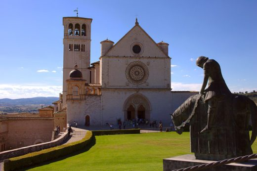 Basilica di San Francesco-Assisi-gotico-Statua-pellegrini
