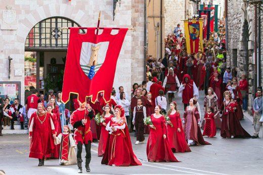 Corteo storico-Calendimaggio-Assisi-costumi-gonfalone-Parte de sopra-parte de sotto-