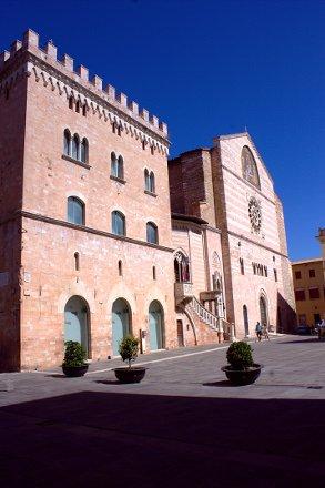 Duomo di Foligno-San Feliciano-Foligno-Palazzo delle Canoniche-Museo capitolare diocesano di foligno-pietra bianca e rosa