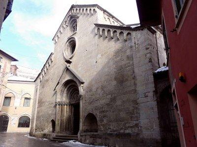 Un Buon Calice di Gavi- Chiesa di San Giacomo Maggiore- facciata-Romanico-portale-Lunetta-arenaria