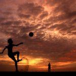 La partita inaugurale-tramonto-bambino-calcio-deserto-Arabia-Saudita-JPG