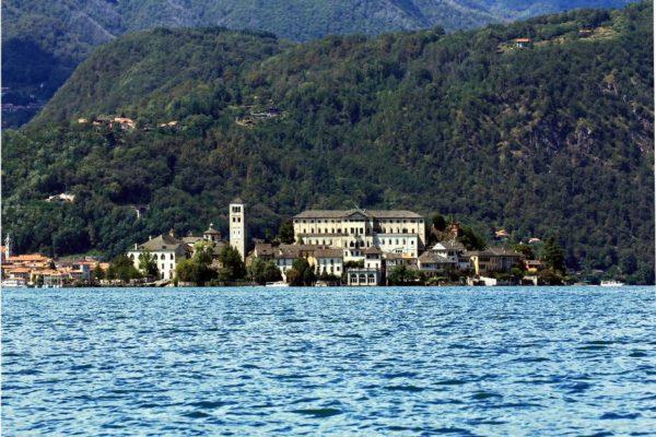 """Il romantico """"Borgo Ventoso""""-Isola di San Giulio-Battello-Chiesa-Seminario-Lago-Vista-Panorama-colline-alberi"""