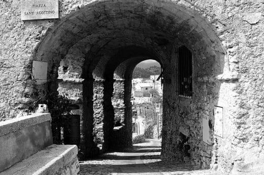 Viaggiando nel tempo per un borgo saraceno- Verezzi,-Borgo Piazza-porticato