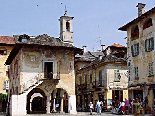 """Il romantico """"Borgo Ventoso""""-Piazza Motta-Orta San Giulio-Piazza-Broletto-affreschi-meridiana-portici"""