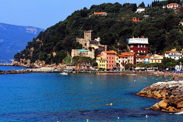 il borgo dei poeti romantici inglesi-San Terenzo-Baia-Castello-mare-scogli-Lerici-Golfo dei Poeti-case colorate