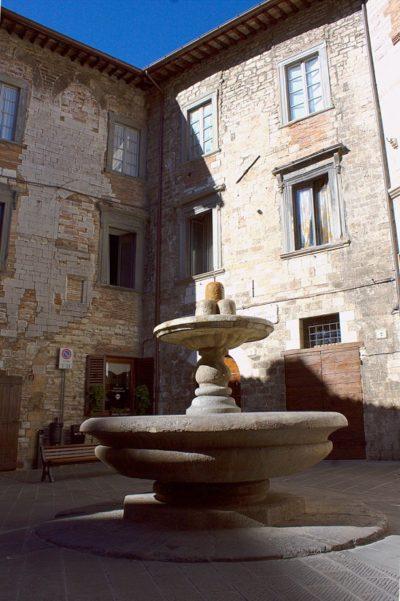 """Gubbio, la """"Città dei Ceri""""- Fontana del Bargello-Fotana dei Matti-Gubbio-Città dei Matti-Palazzo del Bargello-Fontana"""