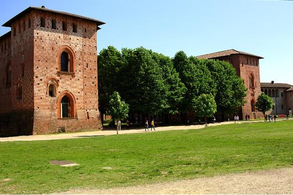 Castello Sforzesco- Cortile- maschio- Torri- alberi