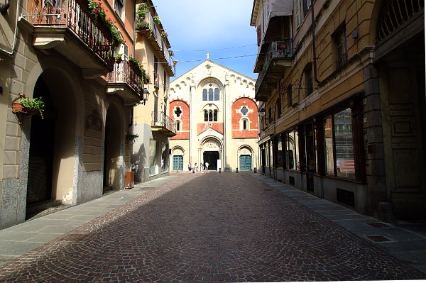 Casale la capitale del Monferrato- Duomo di Casale-Duomo di Sant'Evasio- Facciata- Prospettiva- romanico-colonne