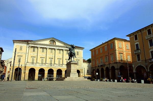 Casale la capitale del Monferrato-Piazza Mazzini- Statua Carlo Alberto-Portici- Casale Monferrato