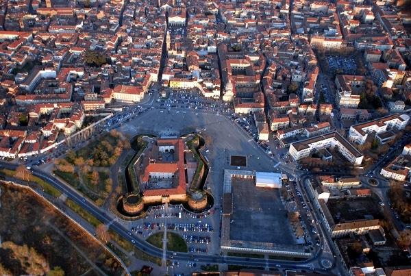 la capitale del Monferrato- Piazza Castello- Castello Paleologi- Castello Gonzaga- Castello di Casale Monferrato-Teatro Comunale- Chiesa di Santa Caterina- Palazzo di Anna d'Alençon