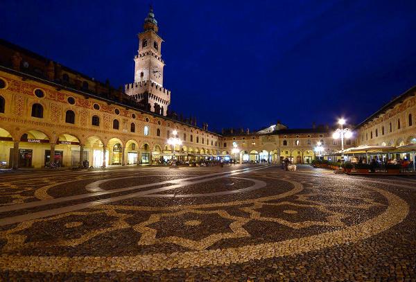Le curiose leggende di Vigevano- Piazza ducale-notte-Torre del Bramante-