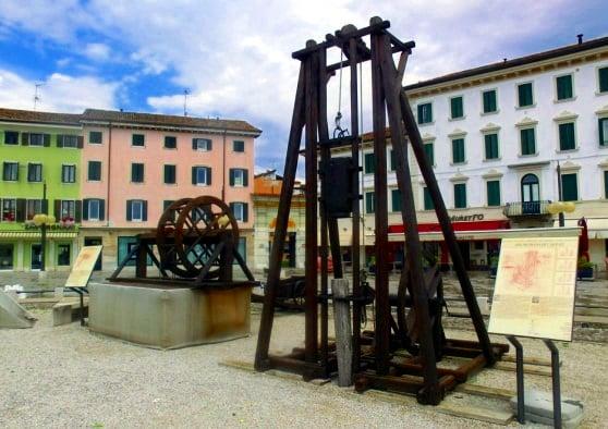 Le leggende sulla costruzione della fortezza di Palmanova- Ricostruzione di macchine per la costruzione della Fortezza di Palmanova- Piazza Grande-