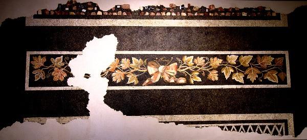 Mosaico con fiocco-Tralcio di vite- foglie di edera- tessere colorate