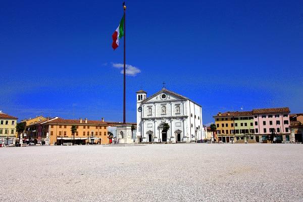 Visita alla città fortezza di Palmanova- Duomo di Palmanova- Piazza Grande- Chiesa del SS. Redentore- Stendardo-Bandiera Italiana- Mario