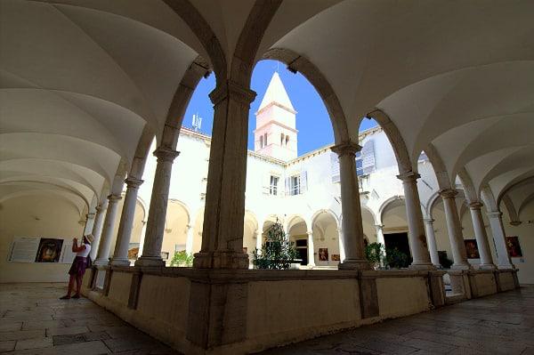 Una passeggiata tra i vicoli del borgo di Pirano- Chiostro Convento di San Francesco- Piran- Colonne- Campanile