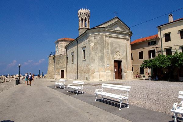 Piran-Lungomare- Panchine- Chiesa della Madonna della Salute- Campanile tondo