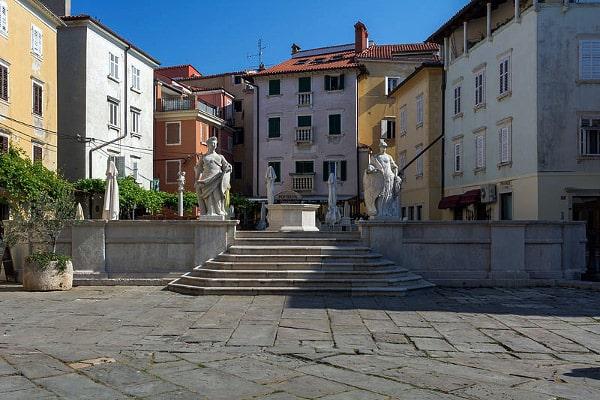 Piran- Piazza Primo Maggio- Piazza Vecchia- Statue- Giustizia- Vigilanza