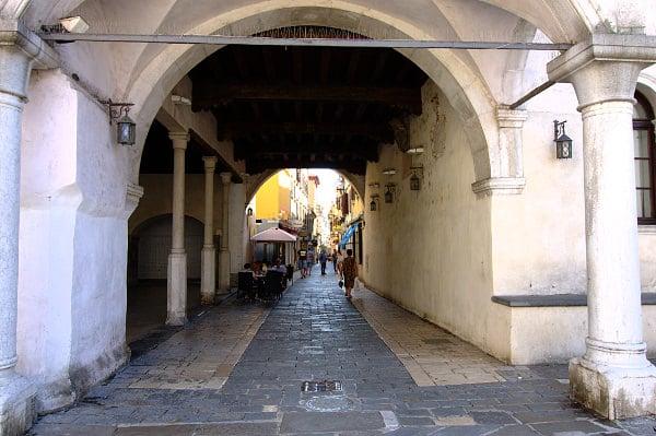 cosa vedere a Capodistria in un giorno- Cevljarska Ulica- Via dei Calzolai- Shopping- Palazzo Pretorio