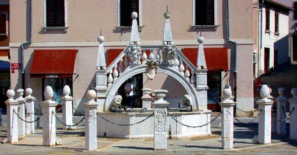 cosa vedere a Capodistria in un giorno- Fontana Da Ponte- Barocco 15 colonnine-stemmi