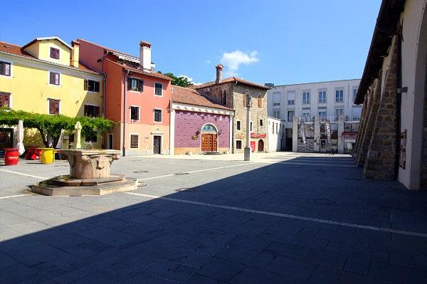 Cosa vedere a Capodistria in un giorno- Carpaccio trg- Piazza Carpaccio- Colonna di Santa Giustina- Casa Carpaccio- Taverna-pozzo a capitello