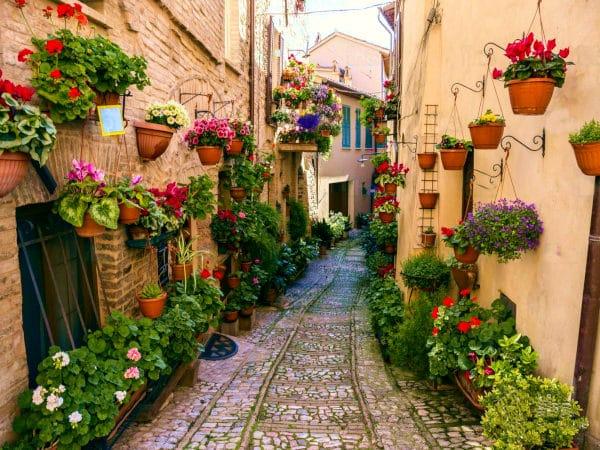 4 borghi ideali per un weekend romantico- Spello- Umbria- vicoli- fiori- pietre rosa