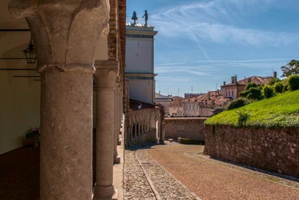 Salita al Castello- Portico del Lippomano- Arco Bollani- Ciottoli