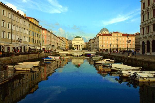 Cosa vedere a Trieste in un weekend-Canal Grande- riflessi- Barche- Chiesa di Sant'Antonio Nuovo- Tempio Ortodosso di San Spiridone