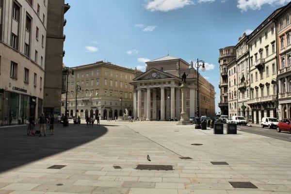 Cosa vedere a Trieste in un weekend- Piazza della Borsa-Palazzo della Borsa- Palazzo del Tergesteo- Fontana del Nettuno- Statua dell'Imperatore Leopoldo I