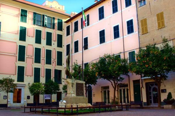 Cosa vedere a Laigueglia- Centro storico- Piazza della libertà- alberi- Palazzi rosa