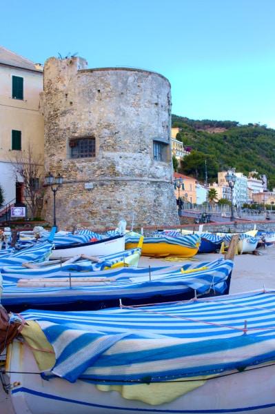 Cosa vedere a Laigueglia- Torrione di Levante- Porticciolo-gozzi-barche-spiaggia