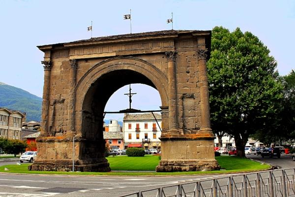 Arco di Augusto- croce- tetto in ardesia