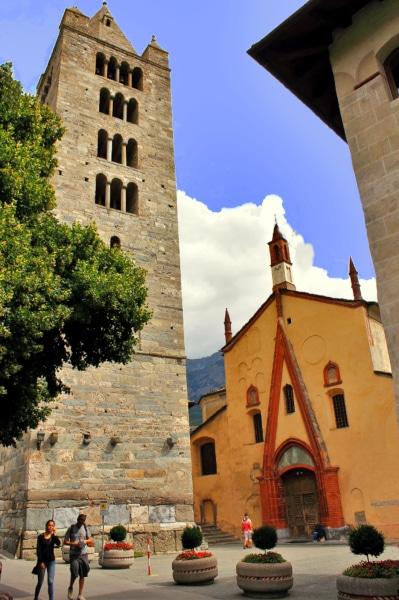 Cosa vedere ad Aosta-Campanile-Facciata-tardo gotico