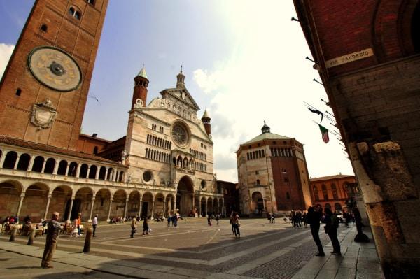 Cosa vedere a Cremona in un giorno- Piazza del Comune- Torrazzo- Duomo- Battistero- persone