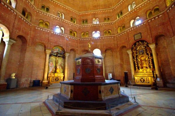 Interno del Battistero di Cremona- Fonte battesimale- altare- cupola di mattoni