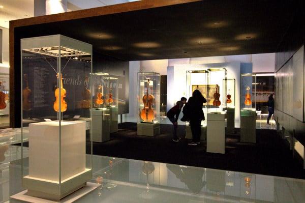 Cosa vedere a Cremona in un giorno- Museo del Violino- sala espositiva- violini- stradivari- visitatori
