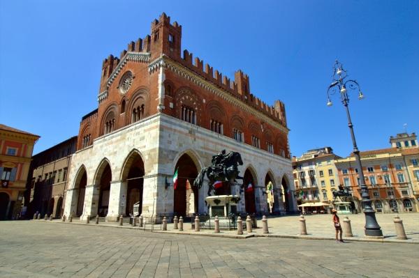 Cosa Vedere a Piacenza- Palazzo Gotico- Piazza Cavalli- Statua equestre Alessandro Farnese