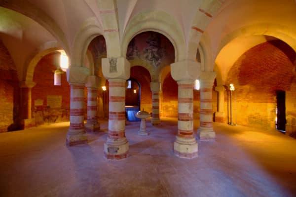 Cosa vedere ad Asti- Battistero di San pietro in Consavia- fonte battesimale- colonne- fasce bicrome