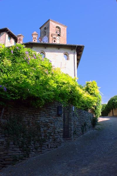 Cosa vedere a Neive e dintorni- scorcio- Casa torre dei conti cotti di Ceres- Torre del'orologio