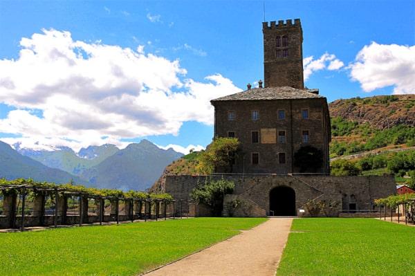 Cosa vedere nei dintorni di Aosta- Castello di Sarre- cortile interno- torre- pergolato