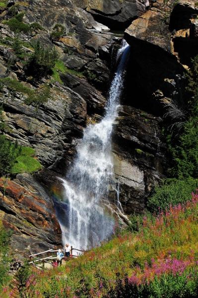 Cosa vedere nei dintorni di Aosta- Cascate di Lillaz- rocce- fiori