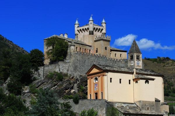 Castello di Saint-Pierre- sperone roccioso- torrette-chiesa