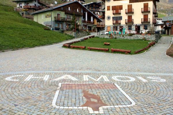 Cosa vedere nei dintorni di Aosta- Borgo di Chamois- Perla delle Alpi- Case- stemma