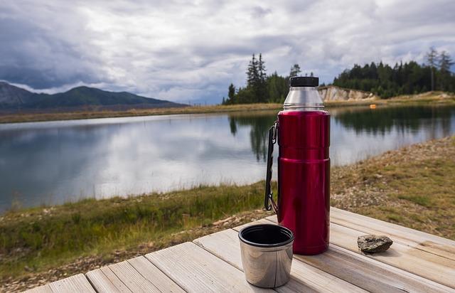 Consigli utili per un viaggio green-Borraccia- lago-natura
