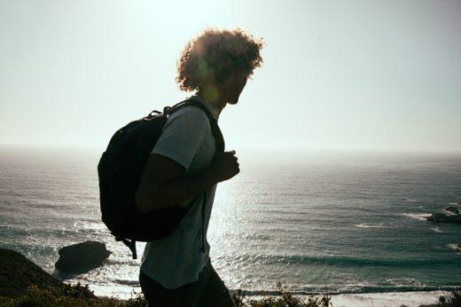 Consigli Utili per un viaggio green- ragazzo- zaino-mare