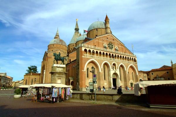 Cosa vedere a Padova- Basilica di Sant'Antonio- Statua equestre del Gattamelata- Bancarelle- Pellegrini