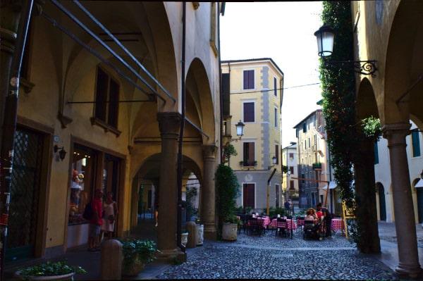 Ghetto Ebraico-Piazzetta- Tavolini- Botteghe- Locali piatti Tipici